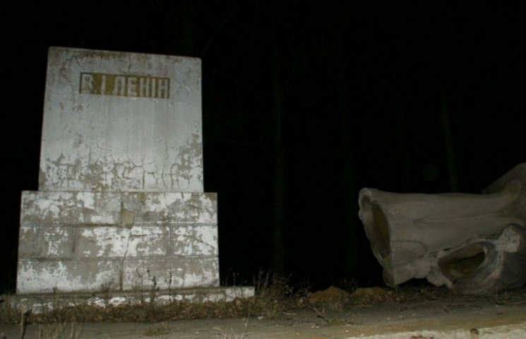 Поліція досі не знає, хто саме скинув з постаменту останнього ямпільського Леніна