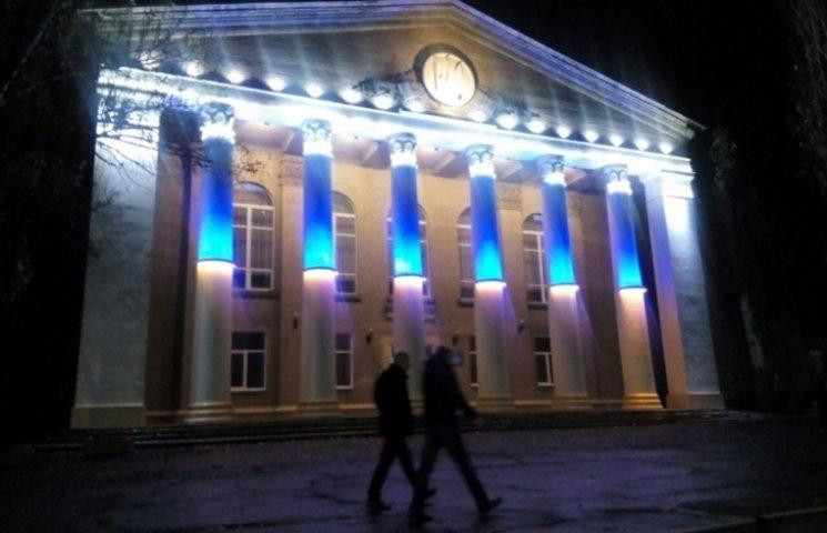 У Мелітополі будівля коледжу засяяла патріотичними кольорами