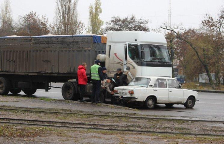 "У Миколаєві фура протаранила ""Жигуль"": розтягнувся затор"