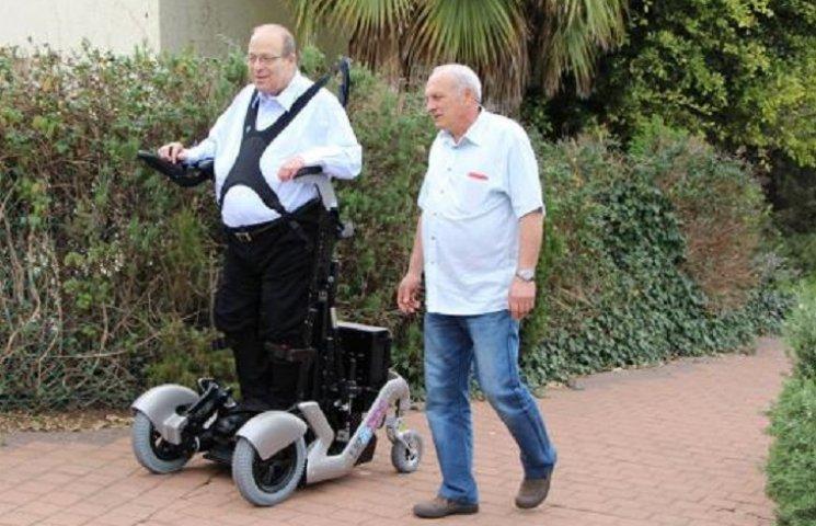 В Израиле создали инвалидную коляску, которая позволяет человеку вставать