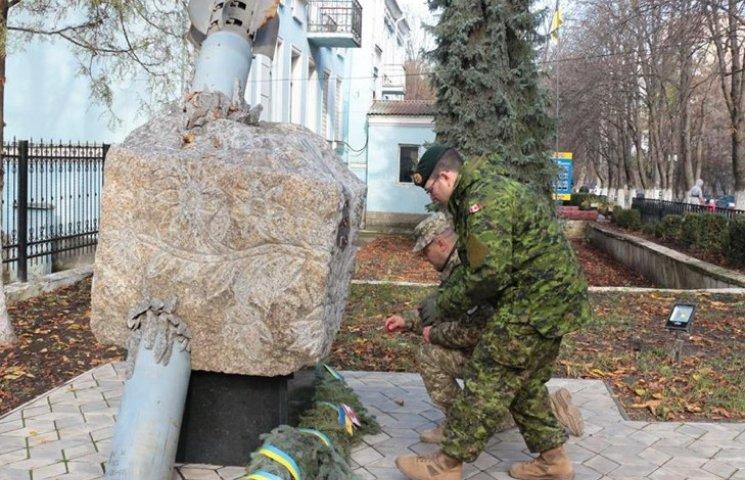 Украинские и канадские военные почтили павших в войнах