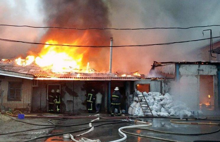 У Харкові палає будівля колишньої макаронної фабрики