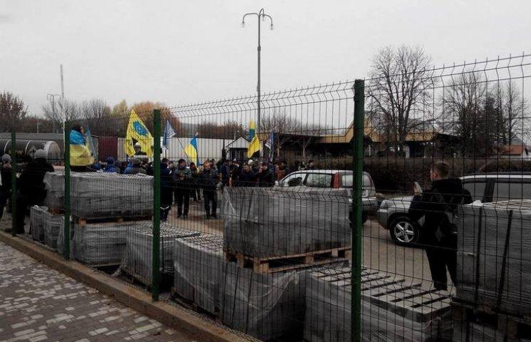 """На українсько-молдовському кордоні вінницькі активісти влаштували """"блокаду"""""""