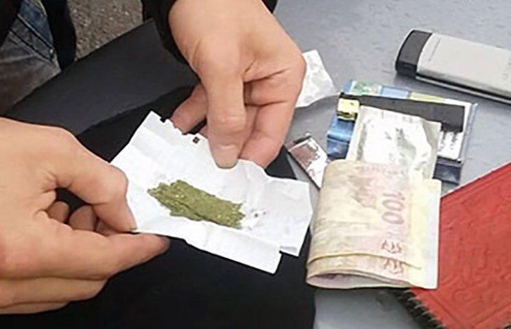 """У """"дивного"""" пасажира таксі знайшли наркотики"""