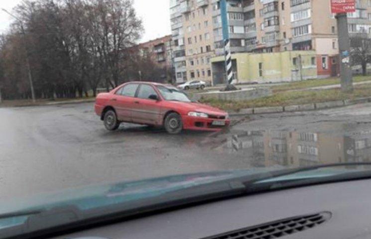 У Полтаві на дорозі провалилася чергова автівка