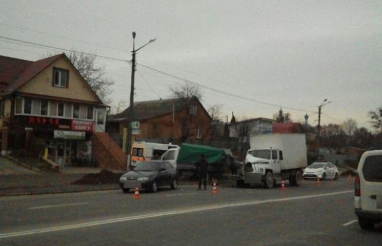 У Хмельницькому ГАЗ протаранив два легковики