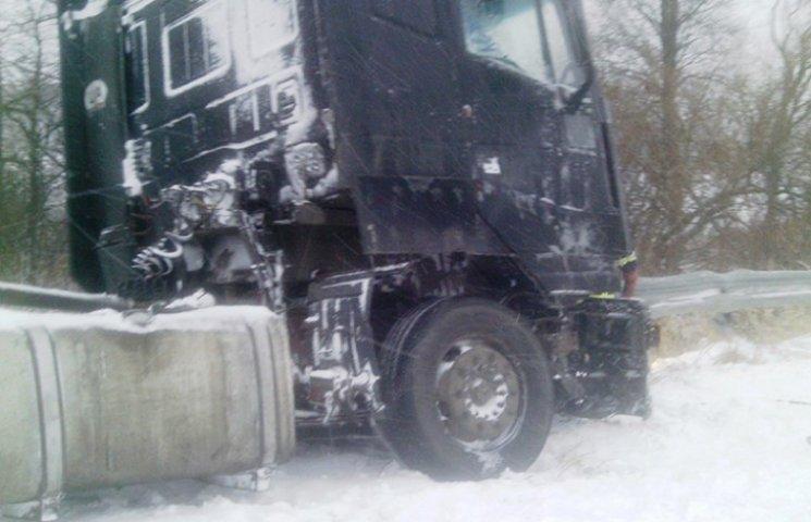 На Хмельниччині водії вантажівок заблокували в