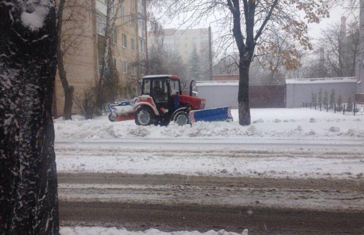 Патрульні Хмельниччини просять не ставити машин на дорогах і у дворах