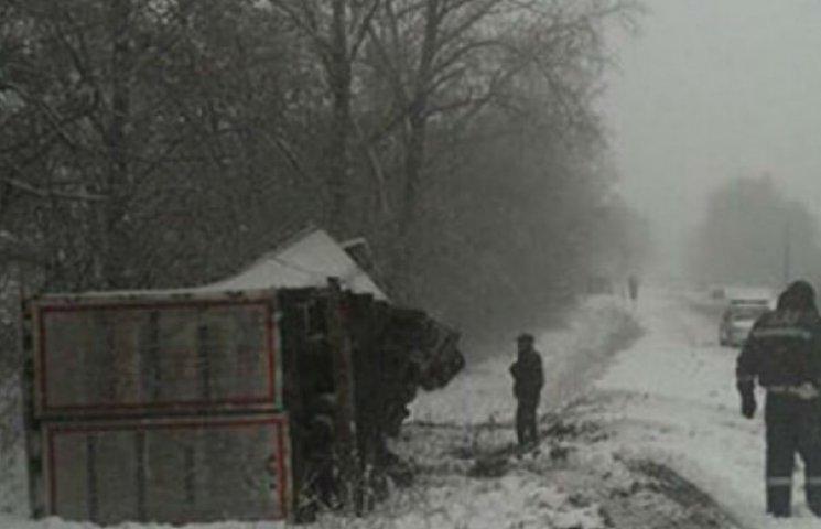 На Вінничині через негоду перекинулись 4 вантажівки