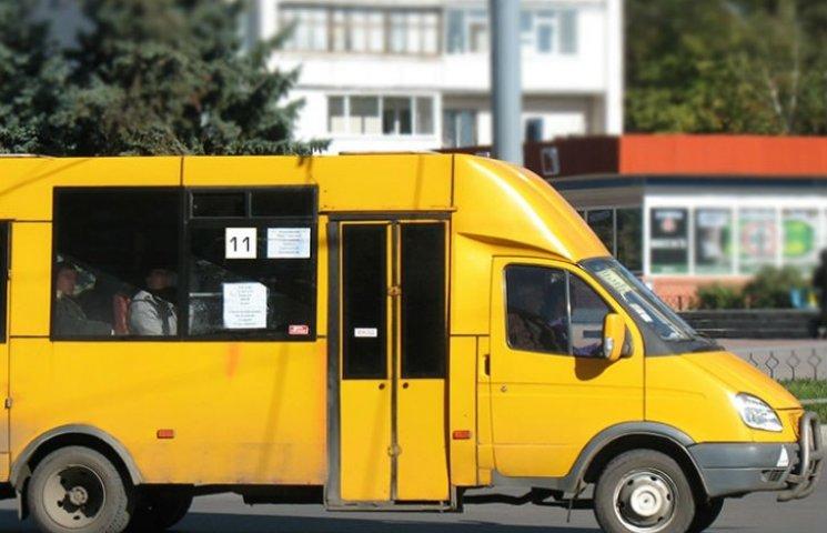 В Кременчуці водій шокував пасажирів, перераховуючи гроші на швидкості 60 км/год