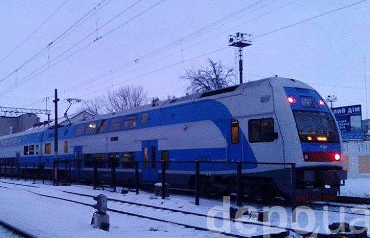"""Двоповерховий потяг """"Шкода"""", в якому зарізали пасажира, досі стоїть у Вінниці"""