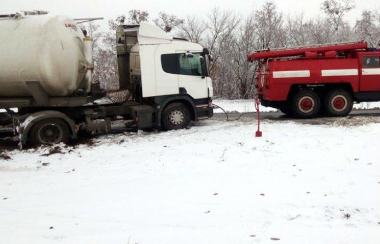 Снежная стихия на Полтавщине: спасатели вызволяют автомобили из пробок