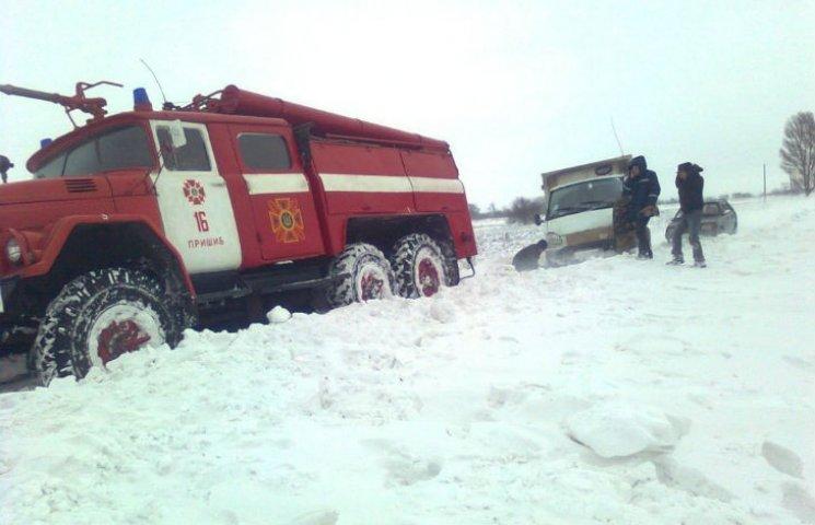 Як на Полтавщині автобуси і вантажівки зі снігових заметів витягали