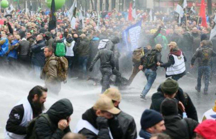 Лимони проти водометів: у Брюсселі військові побилися зі спецпризначенцями (ФОТО, ВІДЕО)