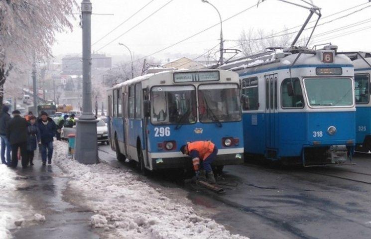 """""""Рога"""" троллейбуса повредили автомобиль и перекрыли движение"""
