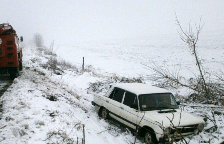 Водії продовжують потрапляти в пастки обледенілих доріг Полтавщини