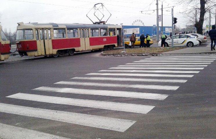 У Харькові трамвай врізався в автівку