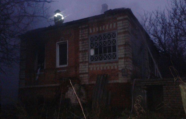 На Харківщині палав будинок: є постраждалі (ФОТО)