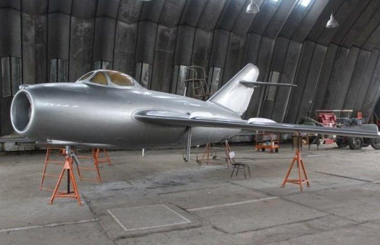 """Вінницький літак-пам'ятник готовий """"летіти"""" на постамент"""