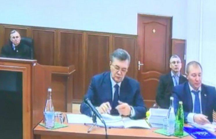 Янукович показался на камеру в очках и с ручкой (ФОТО)