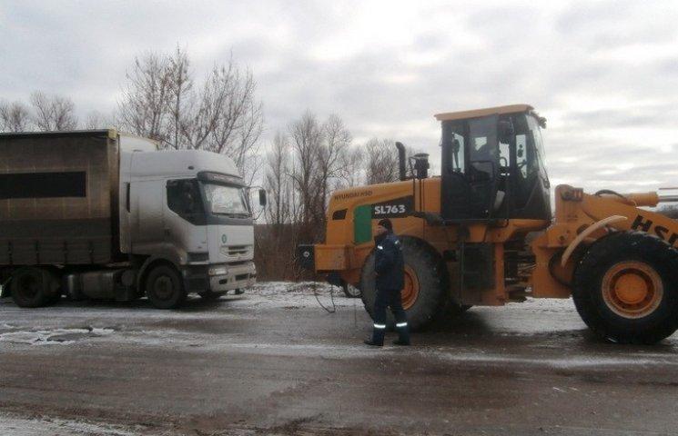 На Дніпропетровщині через ожеледицю фури застрягли на дорозі