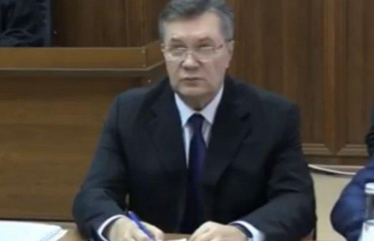 Янукович схопився за ручку перед допитом (ФОТО)