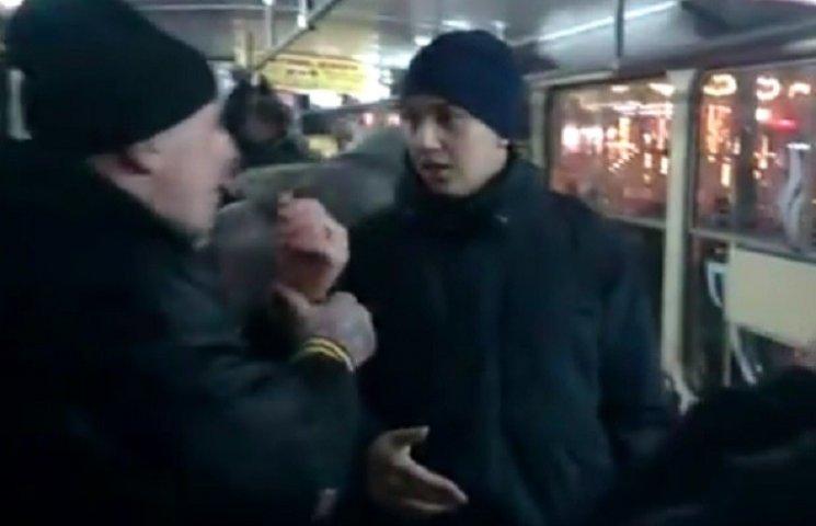 Как в Днипре патрульные выталкивали пассажира из трамвая и не вытолкнули