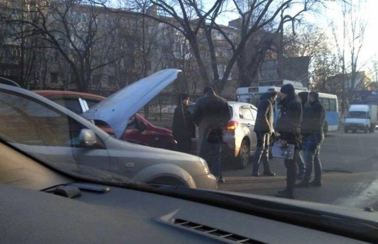У Миколаєві не поділили дорогу одразу три машини