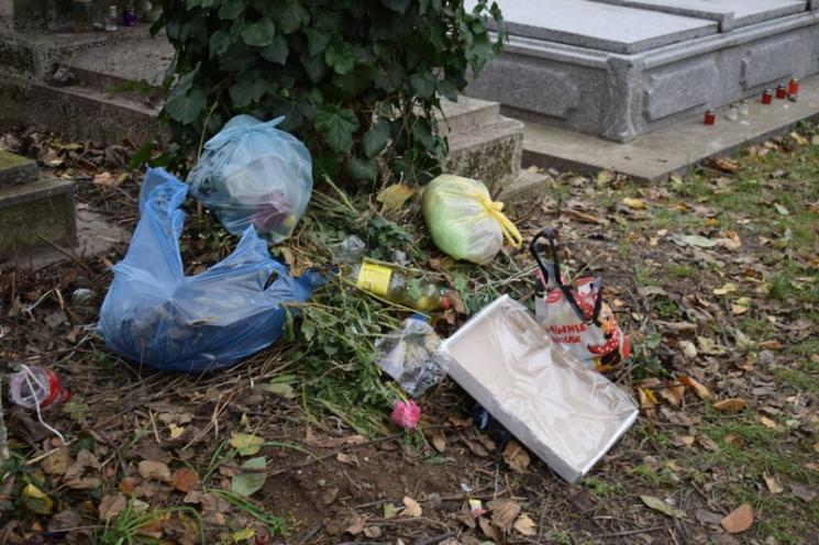 Понівечені могили, зламані лавиці, купи непотребу, - стан кладовища в Мукачеві