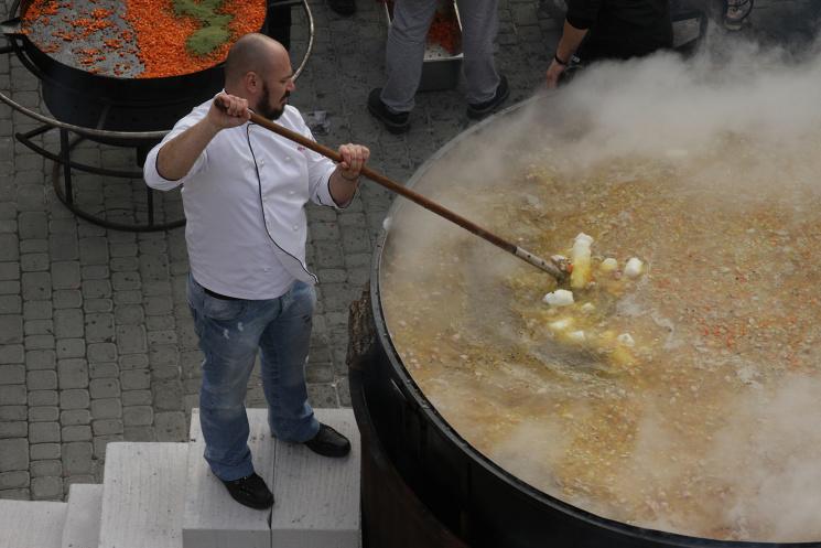 Гастрономічний рекорд: як у Львові  приготували три тонни кулішу фото 5