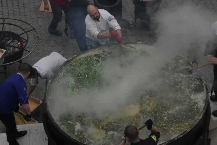 Гастрономічний рекорд: як у Львові  приготували три тонни кулішу фото 14