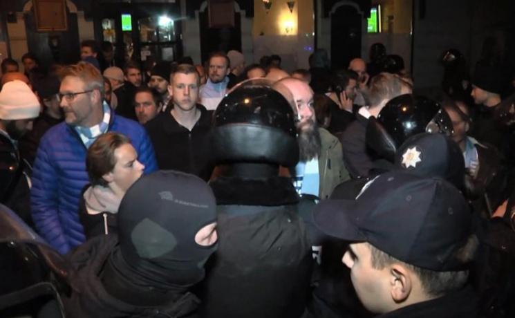 Вцентре Львова военные проверяли документы умужчин призывного возраста