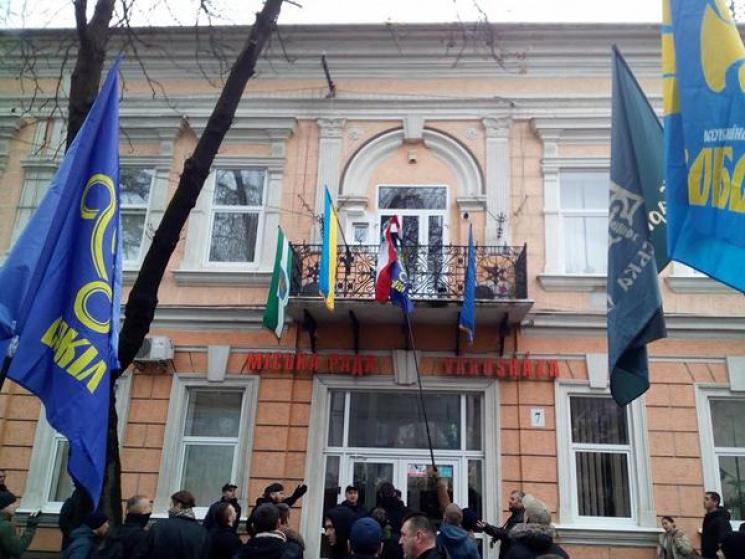 Будапешт закликає Київ відреагувати на зірваний прапор Угорщини змерії Берегова