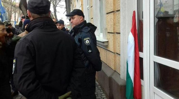 Зрив прапора Угорщини наЗакарпатті: винуватців притягнуть докримінальної відповідальності