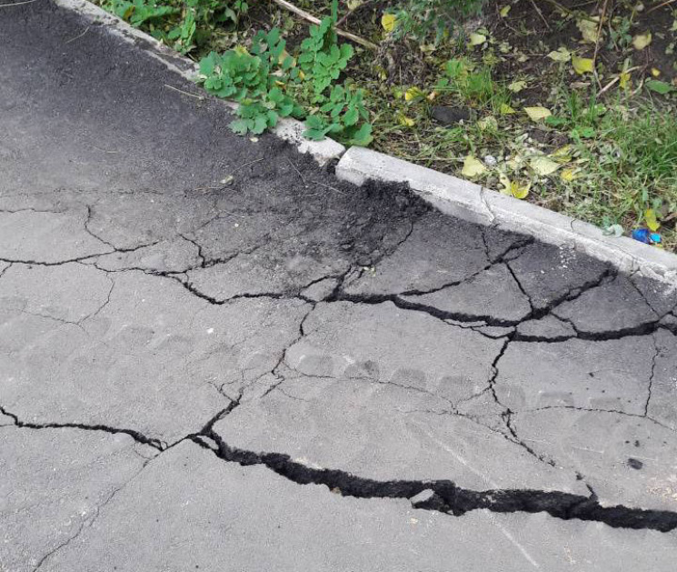 Вінничани просять асфальту для тротуару на Московській
