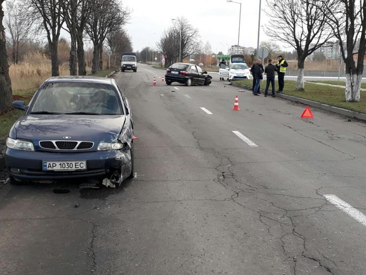 У Запоріжжі біля автозаправки зіткнулися дві автівки (ФОТО)