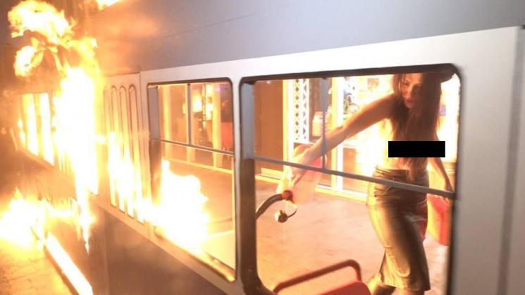 """У Вінниці біля """"Рошену"""" оголена дівчина спалила """"трамвай Порошенка в офшори"""" (ВІДЕО)"""