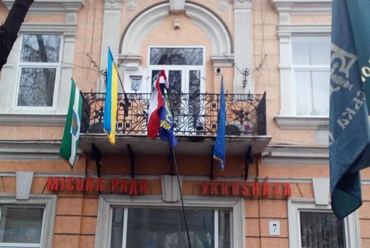 Угорський прапор у Берегові: Кого насправді потрібно посадити за зраду