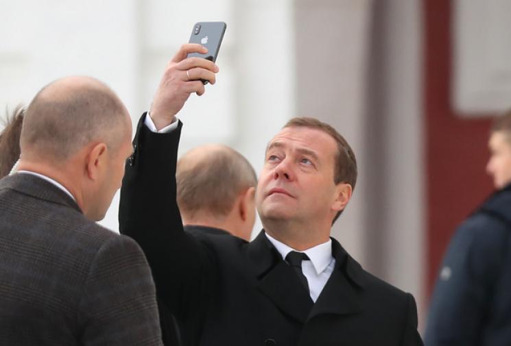 Медведєва заскочили з новеньким iPhone X…