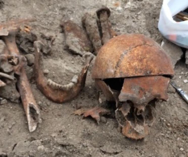 Біля запорізького собору випадково знайшли давнє поховання (ФОТО)