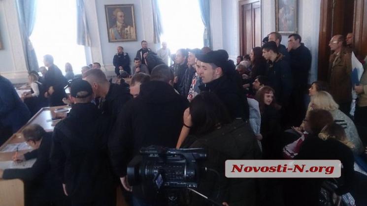 Столкновения вгорсовете Николаева: сторонники отстраненного мэра требовали распустить совет