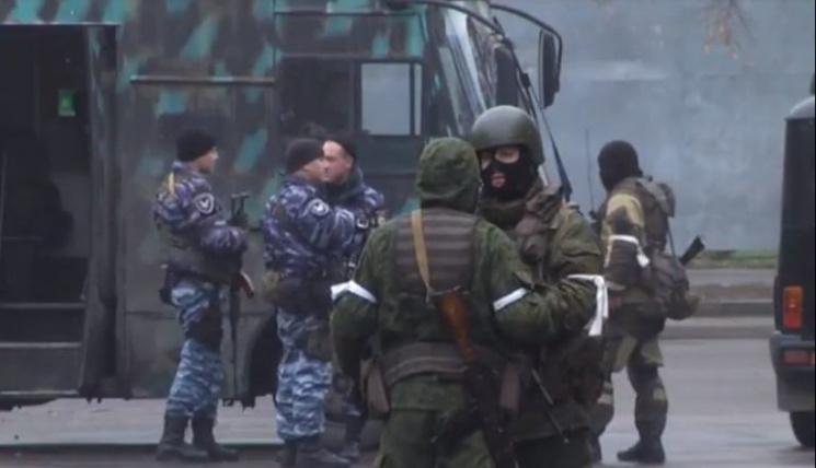 ЗМІ: Вокупованому Луганську військовий переворот, озброєні люди оточили центр
