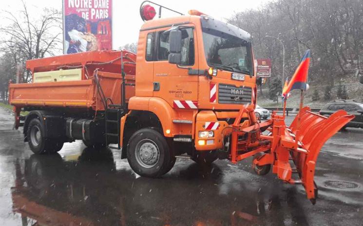 Через мокрий сніг настоличні дороги виїхала спецтехніка