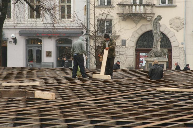 Як у Львові монтували гігантську ковзанк…