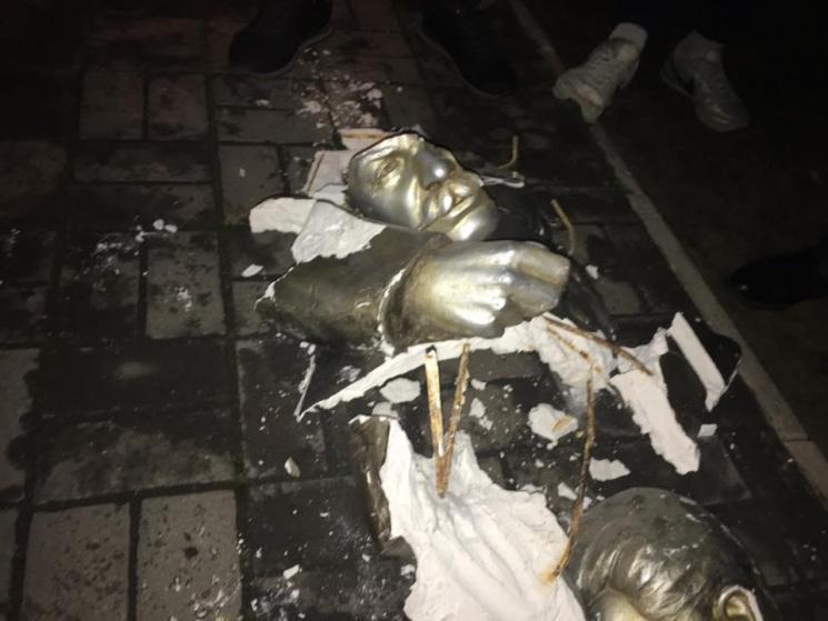 Разбитый памятник Сталину в Запорожье