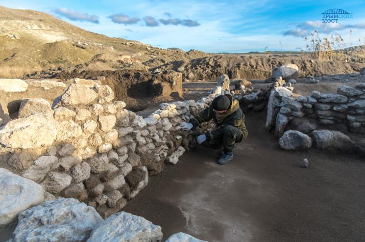 Біля Керчі окупанти знайшли стародавнє поселення та 17 курганів
