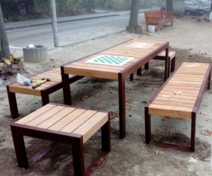 Серед львівської вулиці встановили лавочки з підігрівом