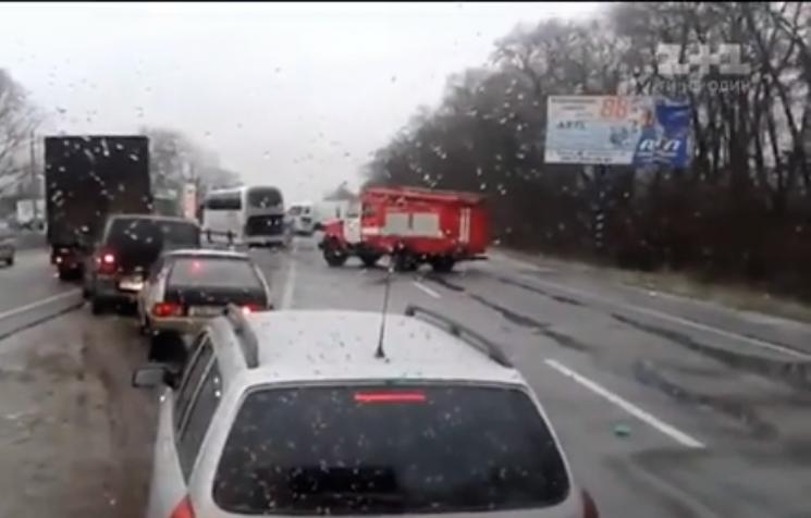 Через «крижаний дощ» натрасі під Черніговом зіткнулися відразу 11 машин
