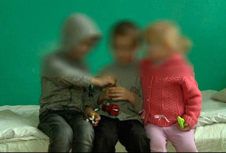 На Житомирщині троє покинутих маленьких дітей у холодній квартирі грілися біля кішки з кошенятами