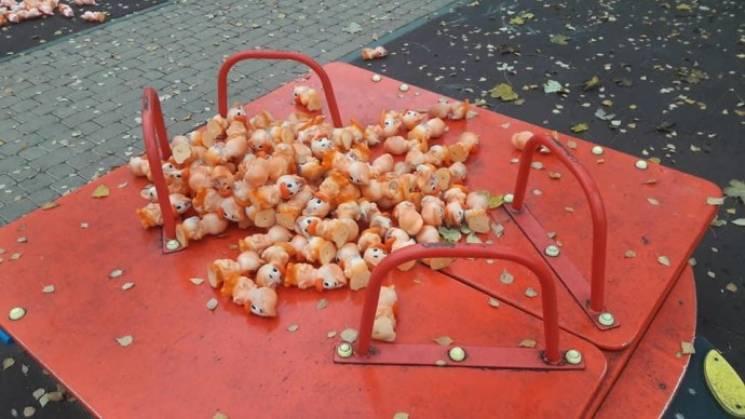 У Вінниці на проспекті розкидали сотні іграшкових каченят (ФОТО, ВІДЕО)